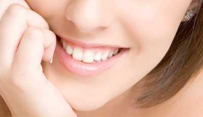 стал чувствительным передний зуб